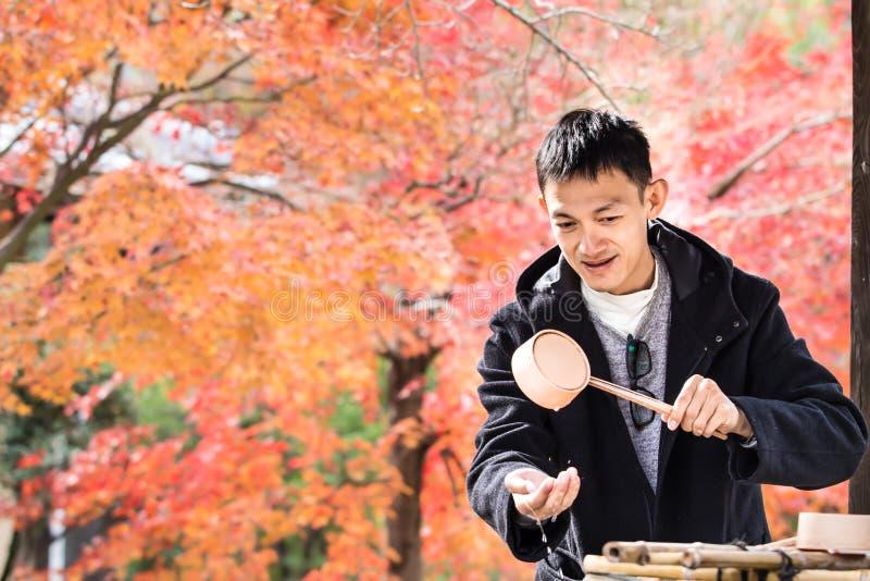 日本人由圣水befor清洗他们的手和嘴 库存图片