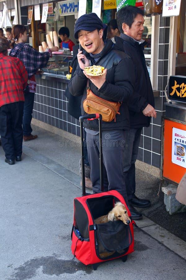 日本人谈话在电话 库存图片