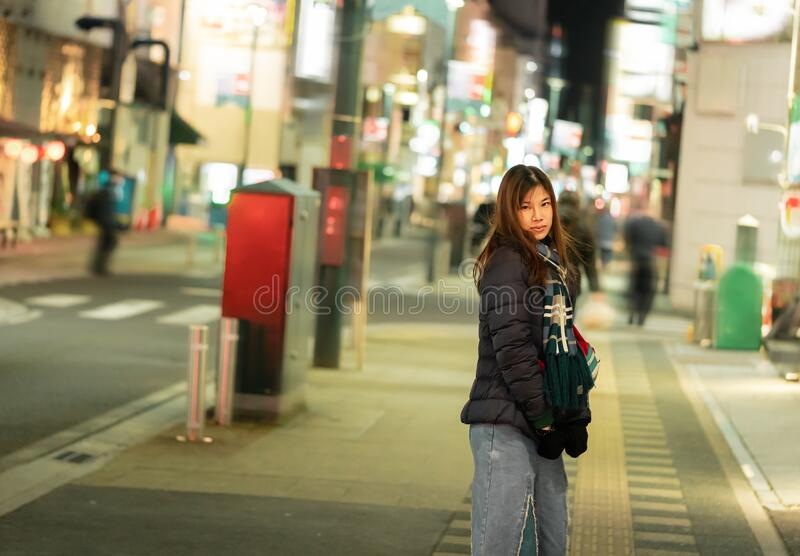 日本仙台《九善寺》圣诞灯节夜间穿冬装的女子 免版税库存照片