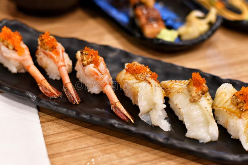 日本传统上食物,可口nigiri寿司上面用新鲜的海鲜 库存照片