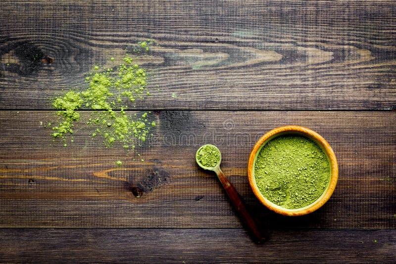日本传统产品 Matcha绿茶在碗和驱散在黑暗的木背景顶视图拷贝空间 库存照片