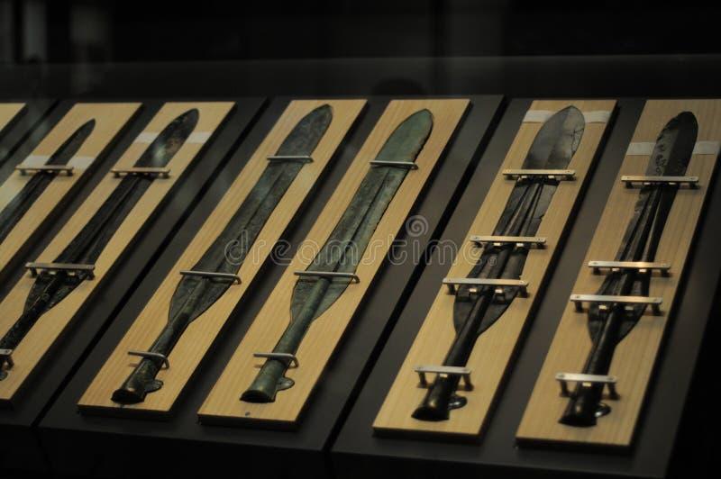 日本古老古铜色商品剑在弥生时代,2000年前 许多古铜色商品在出云,日本被找到 在夏天 免版税库存照片