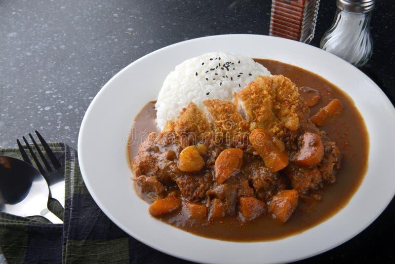 日本咖喱饭和油煎的猪肉 库存图片