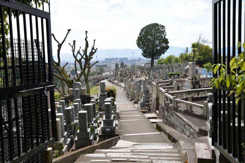 日本坟园公墓,一个看法从门,俯视路和坟墓 免版税库存图片
