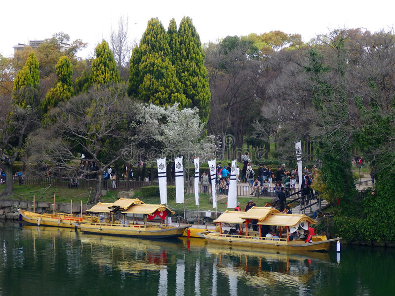 日本大阪 2016年4月2日-金黄Wasen (大阪城堡Gozabune)的码头的游人 免版税库存照片