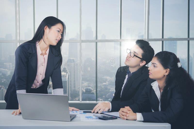 日本女商人谈话与她的同事 免版税库存照片