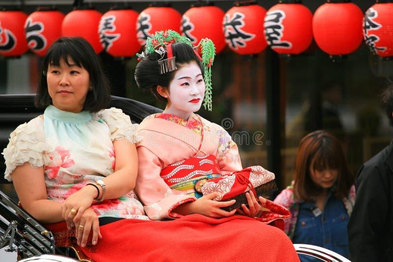 日本女孩穿戴传统和服 库存图片
