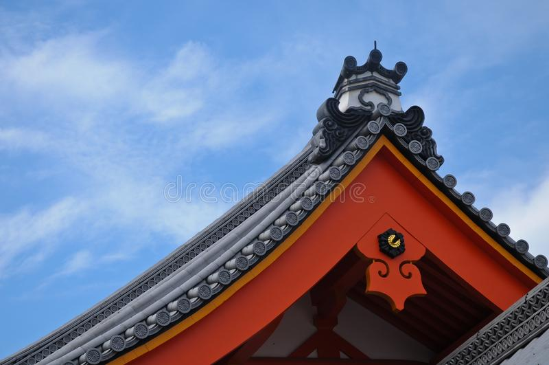 日本宫殿屋顶在京都在蓝天下 库存照片