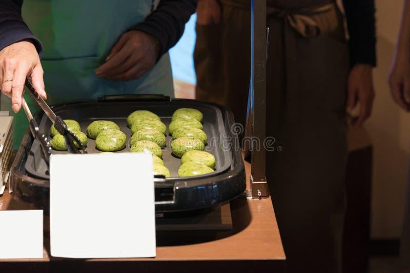 日本小圆面包用菠菜被烹调在一个地方咖啡馆,东京, Ja 库存图片