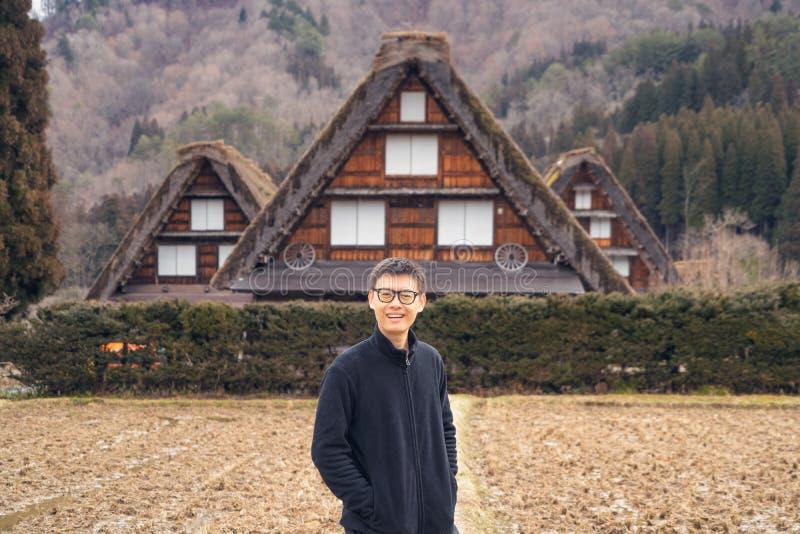 日本岐阜市白川古村一名亚洲旅游人员,在日本的日本春夏度假 三幢房子 库存图片