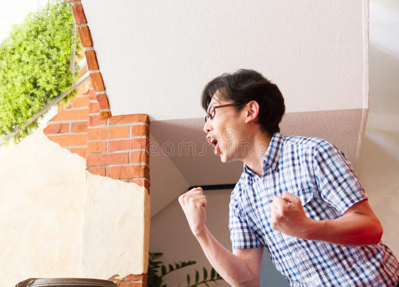 日本年轻人,观看的体育比赛,叫喊和呼喊的鼓励 库存图片