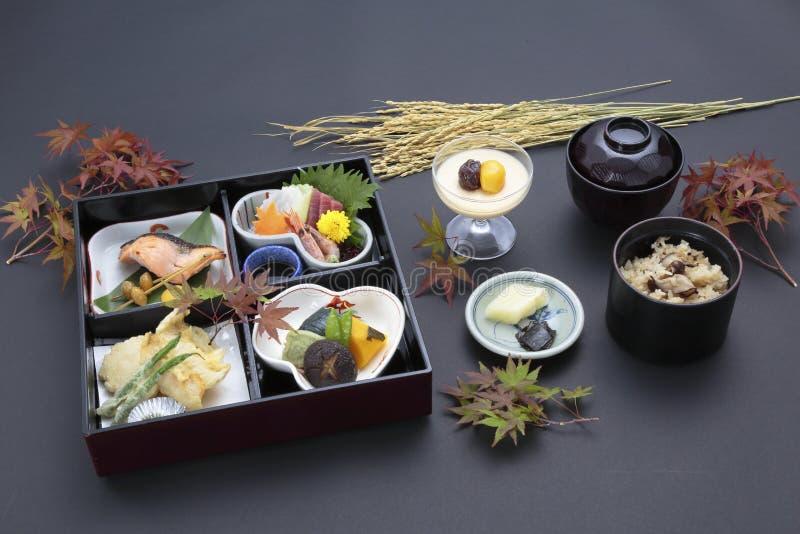 日本式Bento和盘子膳食用米、寿司和大豆s 库存照片