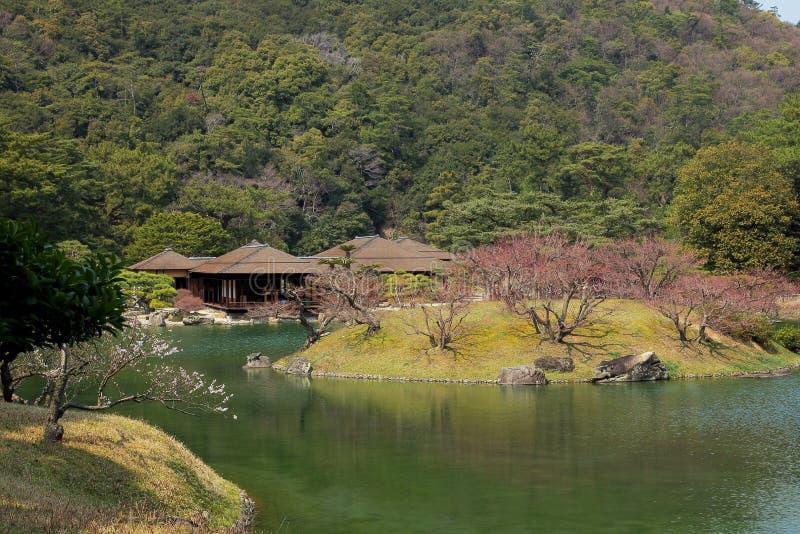 日本房子和庭院池塘 免版税图库摄影