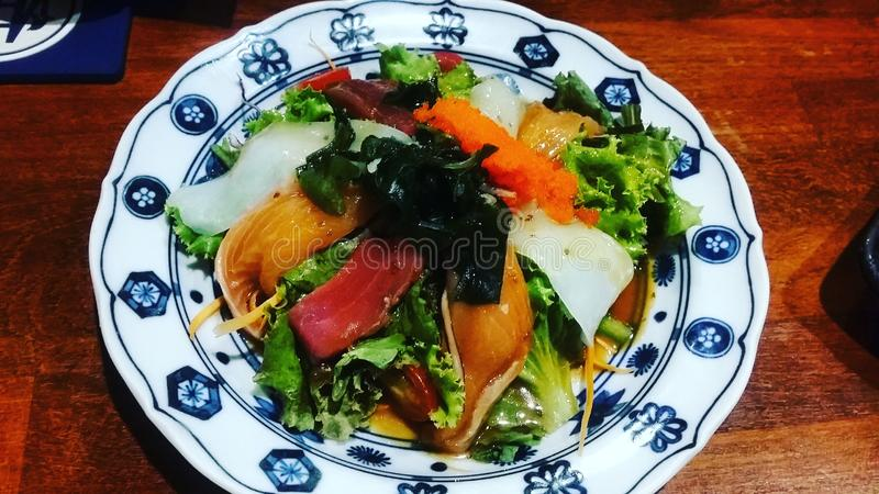 日本料理三文鱼沙拉 库存图片