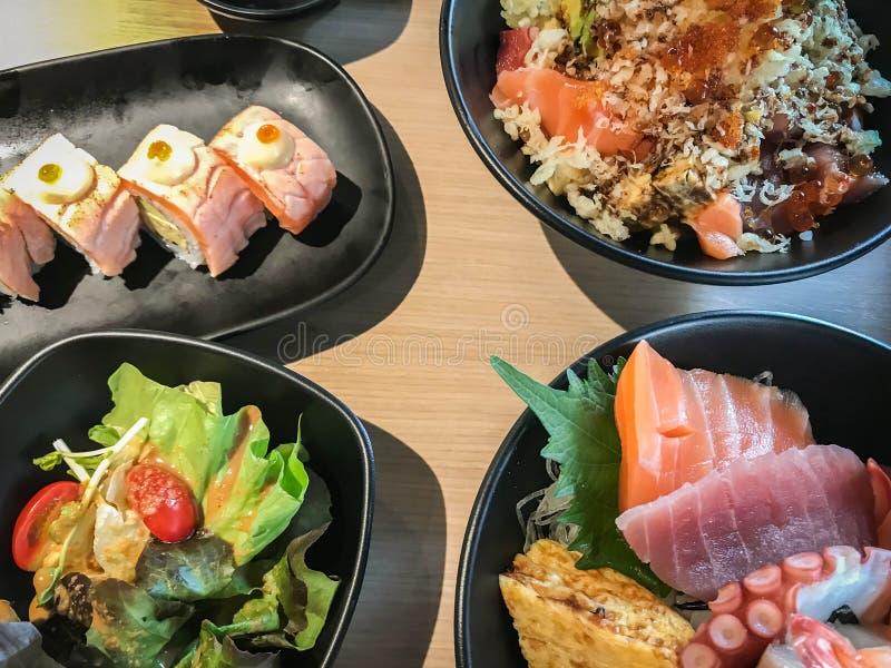 日本料理和寿司卷在午餐和晚餐的餐馆 库存照片