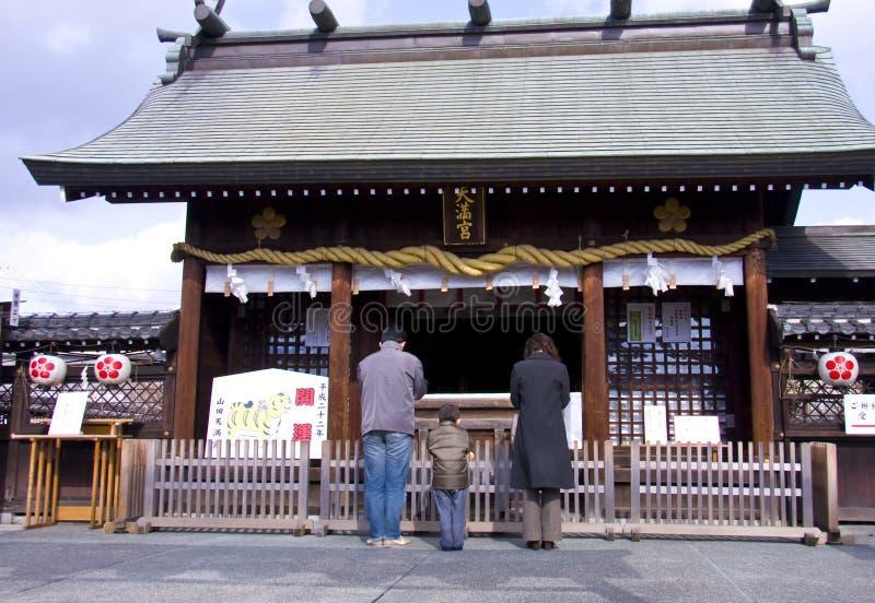 日本新的人员祈祷寺庙寺庙年 库存照片