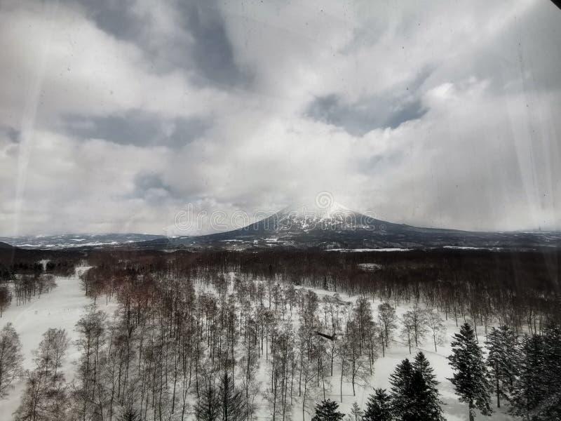 日本札幌Hilton Niseko Village Hotel酒店的Yoti山景客房,配有某人的剪影 免版税库存图片