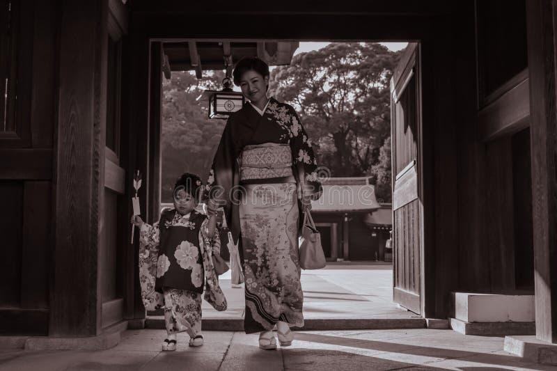 日本母亲和一个女儿传统和服的在美济礁神功皇后寺庙在东京 免版税库存图片