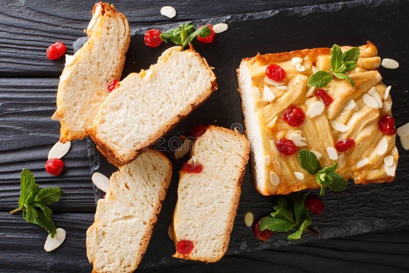 日本浓缩牛奶面包装饰用干樱桃,alm 库存图片