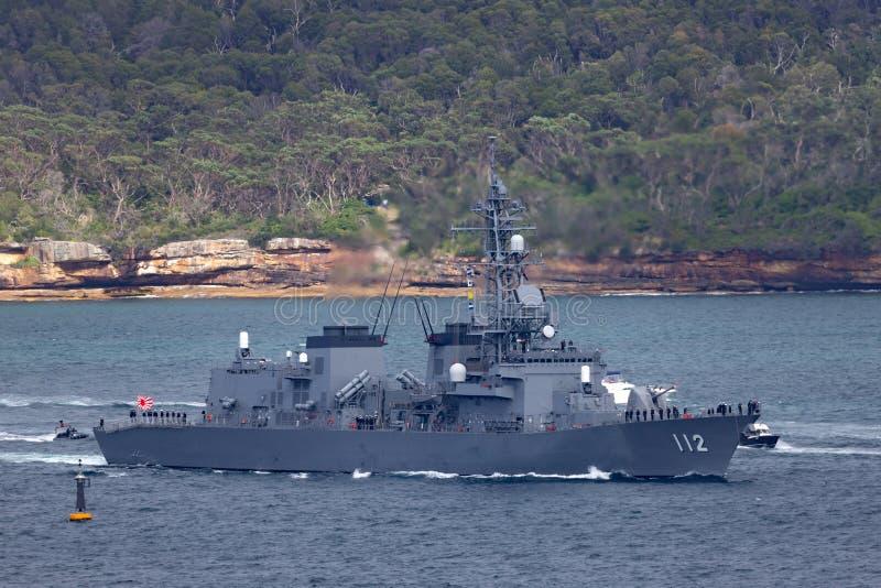 日本海上自卫队离去的悉尼港口的JS Makinami高波型护卫舰 免版税库存图片