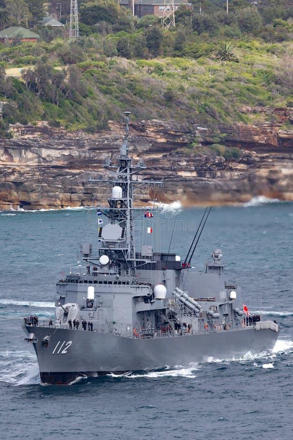 日本海上自卫队离去的悉尼港口的JS Makinami高波型护卫舰 免版税图库摄影