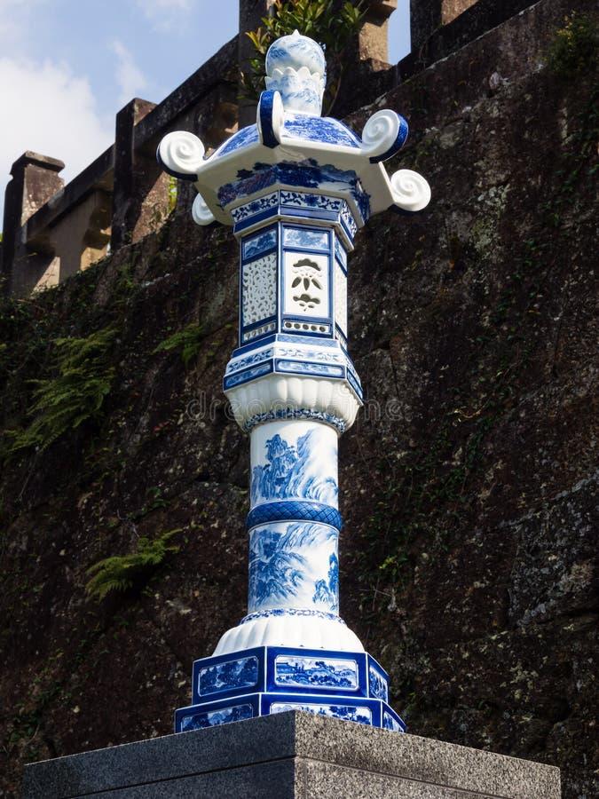 日本灯笼由瓷制成在历史的Tozan寺庙著名为它的陶瓷艺术 库存照片
