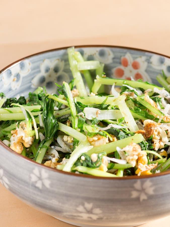 日本烹调、油煎的煮食之蔬菜芥末叶子和鸡蛋 库存图片