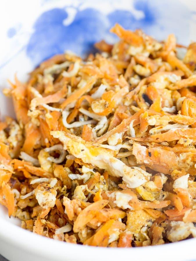 日本烹调,油煎的切细的红萝卜,煮沸的年轻沙丁鱼 库存图片