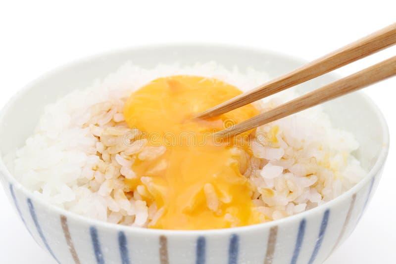 日本煮熟的米用未加工的鸡蛋 库存图片