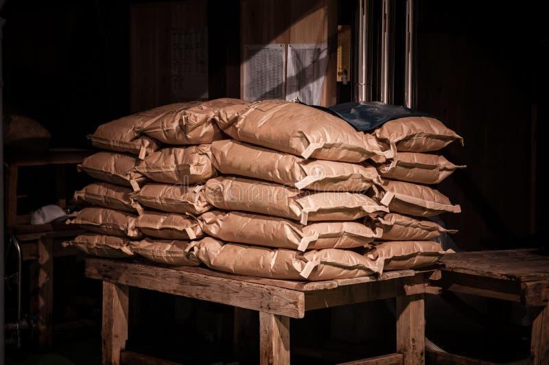 日本白米大袋在谷仓 库存照片