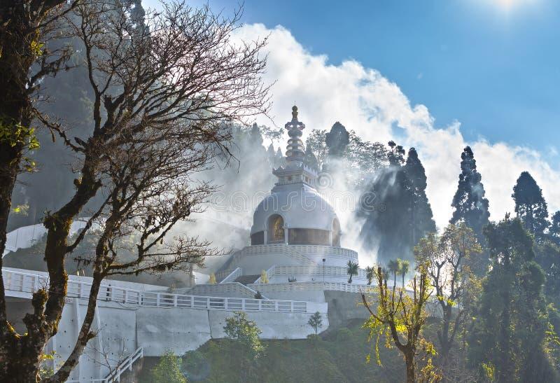 日本白色和平塔在大吉岭 免版税库存图片