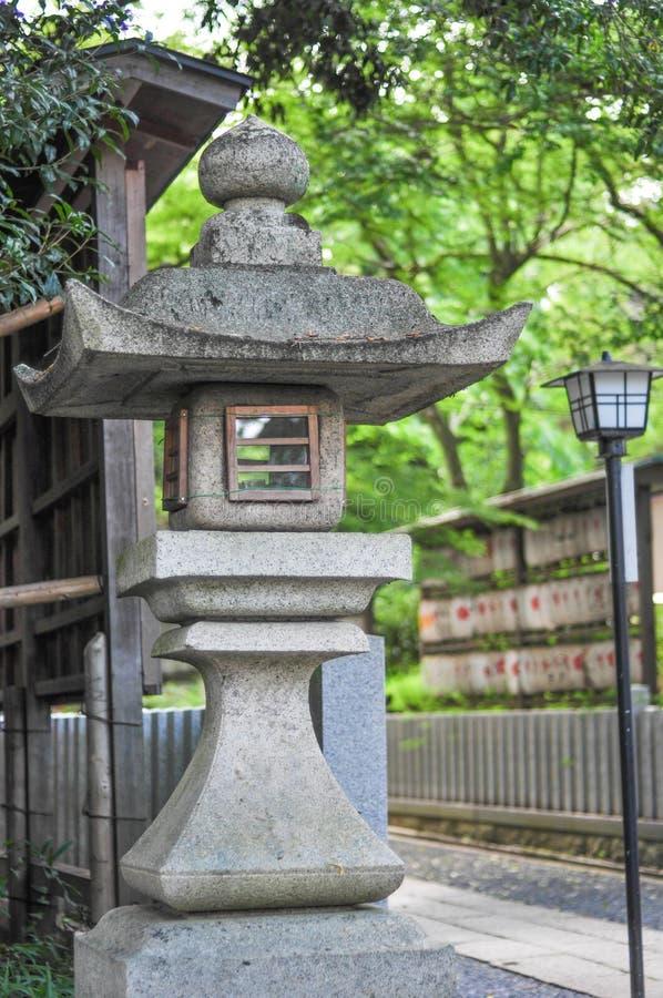 日本石灯笼在庭院里 库存照片