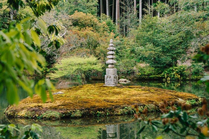 日本石灯笼身分在池塘 免版税库存图片