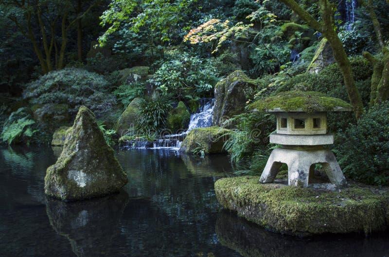 日本禅宗凝思庭院池塘塔 免版税库存图片