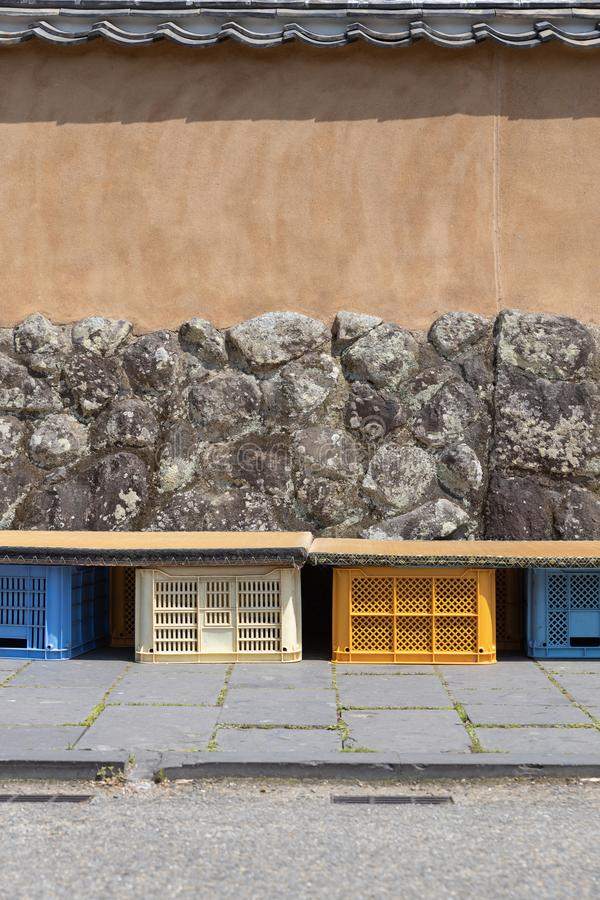 日本竹秸杆在塑料筐的被编织的榻榻米垫位子的或坐在日本城下町 免版税库存照片