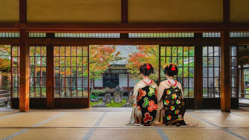 日本艺妓在Kenninji寺庙的五颜六色的秋天在京都 免版税库存照片