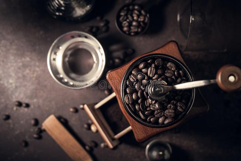 日本虹吸管咖啡壶和磨咖啡器 免版税库存照片