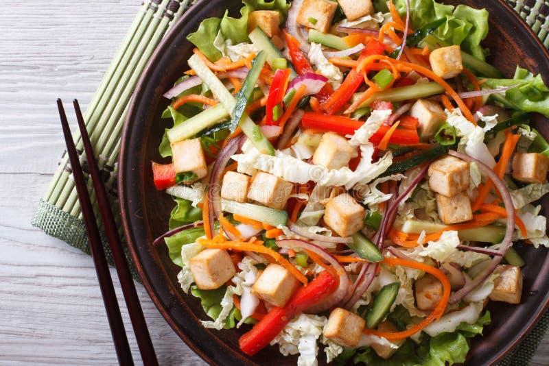 日本豆腐沙拉有新鲜蔬菜水平的顶视图 免版税库存图片