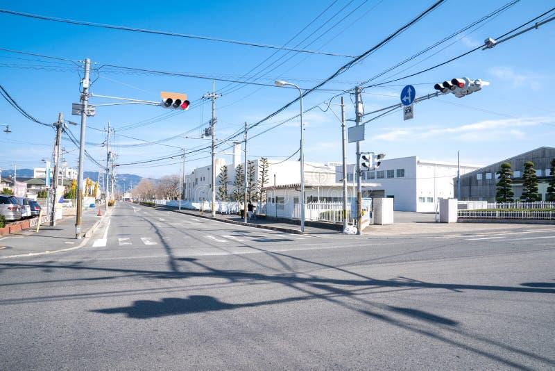 日本连接点与红灯和杆和电缆,但是没有在街道上的一辆汽车 免版税库存图片