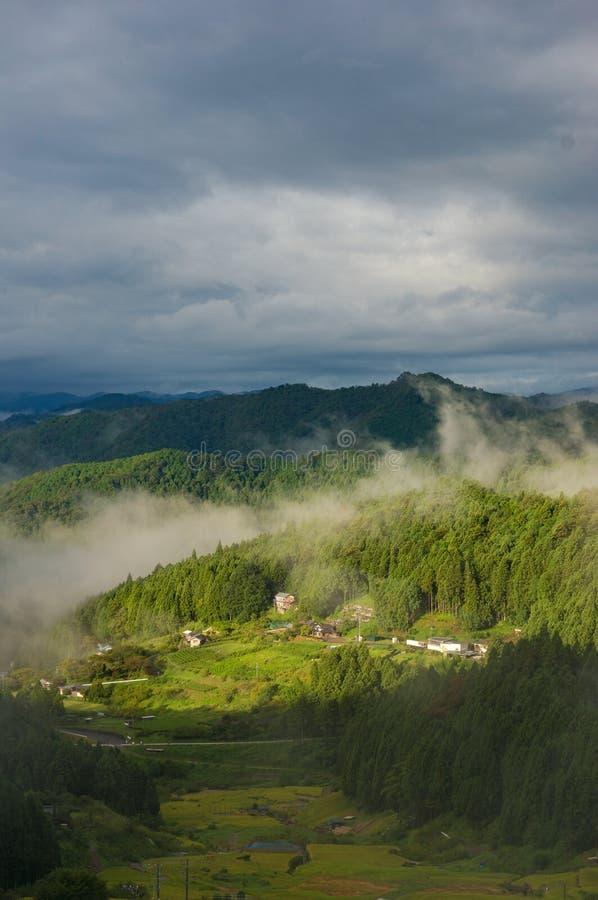 日本高山村庄剧烈的风景在有雾的早晨 免版税库存图片