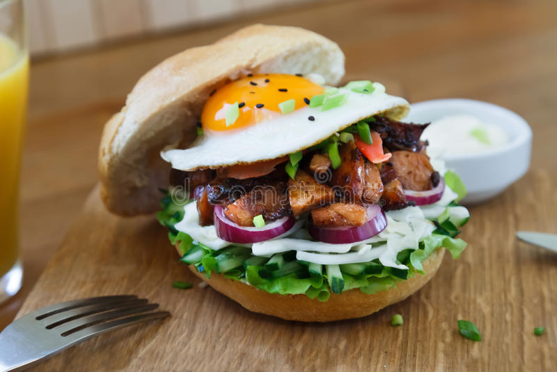 日本鸡汉堡用葱、letucce和鸡蛋 库存图片