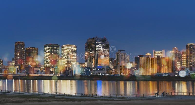 日本,大阪市在与五颜六色的光的晚上和Bokeh 库存图片