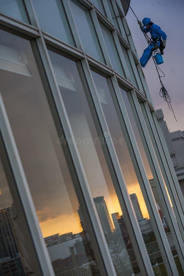 日本-东京-十三弦琴部门邻里-在彩虹桥梁附近的风窗清洁器 库存照片