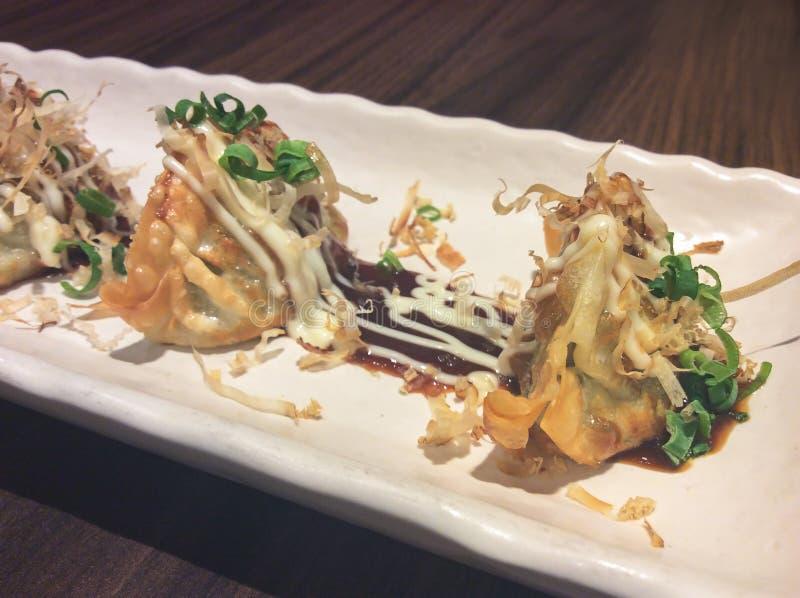 日本gyoza饺子板材坐一张木桌 库存照片