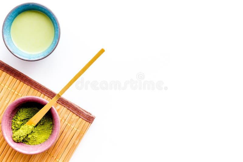 日本matcha茶道概念 Matcha粉末,准备好matcha茶,在白色背景顶视图拷贝的辅助部件 免版税图库摄影