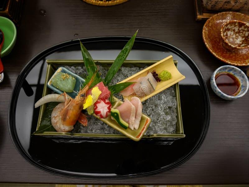 日本ryokan kaiseki晚餐装饰生鱼片设置了包括和平的蓝色飞翅金枪鱼,虾,更加伟大的琥珀鱼, halfbeak 库存图片