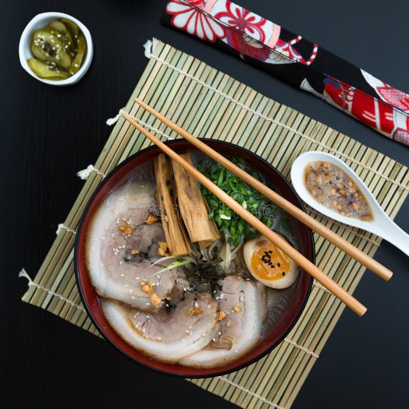 日本tonkotsu拉面,猪肉骨头汤面条顶视图 免版税库存图片