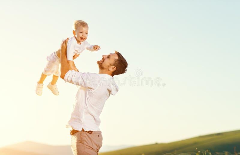 日父亲s 愉快家庭父亲和小孩儿子使用和la 库存图片