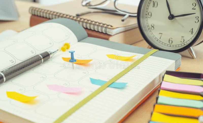 日程表在桌上的日志笔记本 管理提醒遇见概念 图库摄影