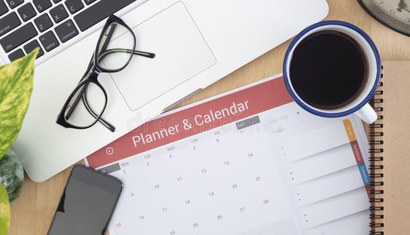 日程表在桌面上的日志纸 管理提醒遇见概念 免版税图库摄影